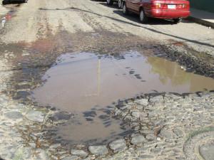 calles en estado desastroso sin arreglo en Capilla, pero eso si se dedican a colocar topes en vez de arrerglarlas.